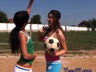 Adolescentes deportivos comiendo unos a otros