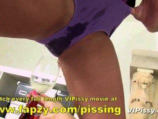 Kinky adolescente tratando de orinar mientras envuelto en clingfilm