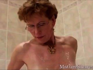 Abuelita afeita su vagina hambrienta de gallo