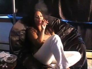 Niña, fumar, cigarro, sofá
