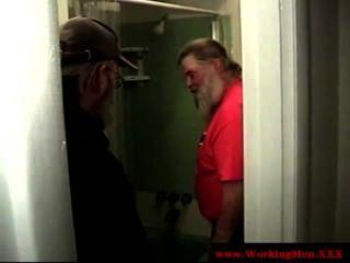 Dilf madura osos tomar una ducha fresca
