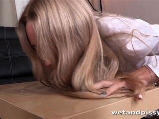 La rubia caliente disfruta del juego del piss y de un juguete sexual acanalado