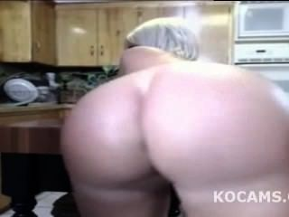 Chico negro lamiendo esposa coño en cocina en vivo