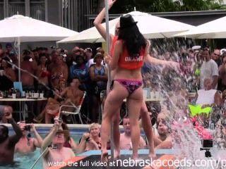 Fiesta salvaje de la piscina en el fest 2014 key west de la fantasía