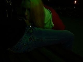 Mamada en el parque por la noche a su novio