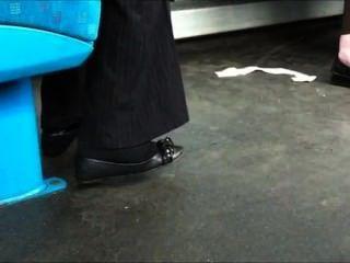 Chica en calcetines de los negros con una shoeplay de la bailarina