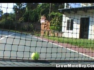 Jugando a la pelota de tenis antes de joder