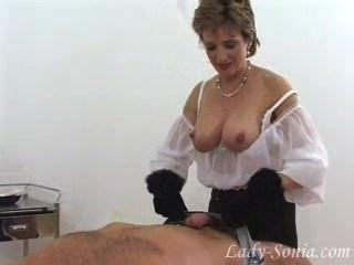 Hermosa señora sonia en guantes de piel masturbándose de esclavo dick.