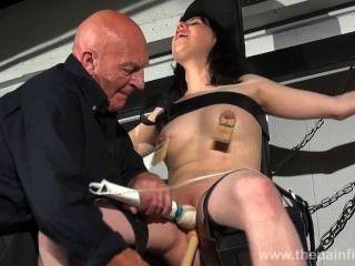 Torturas de esclavitud cruzadas y dominación sexual de morenas gritando