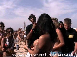 Mayor fiesta de playa en el mundo real chicas intermitente coño y tetas padre