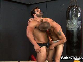 Jocks caliente follando sus buttholes apretado en el gimnasio
