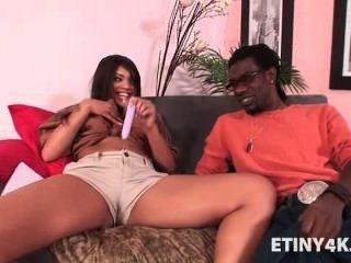 Adolescente caliente ebony follada por el hombre de entrega