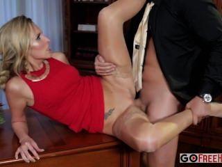 Jenny simons sexy rubia jenny en un vestido rojo se follan en una parte de la empresa