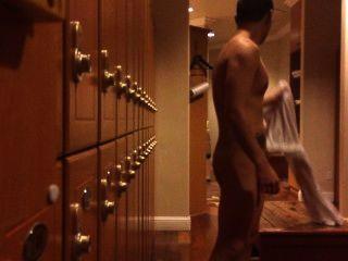 Vestuario: tipo desnudo atrapado tirando de su polla