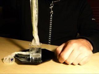 Vacía dos preservativos en un vaso y bebió todo.