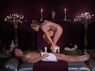 Salas de masaje adolescente belleza obtiene un duro golpeando y su culo cubierto en cum