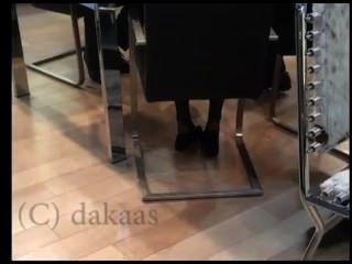 Shoeplay sincera de la vendedora que sumerge en cara negra del pantyhose de los nylons