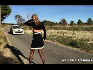 Sexy y desnuda en la carretera