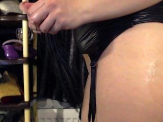 Chica caliente chupar un juguete enorme y conectar su culo apretado