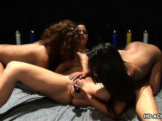 Tres chicas dulces les encanta jugar con un coño mojado