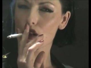 Deliciosamente adicto fumar fetiche jefe perra en látex pvc