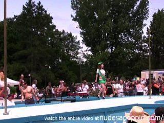 Strippers profesionales haciendo sus rutinas en el gran al aire libre