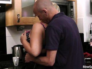 Marido cogido trampa en la cocina