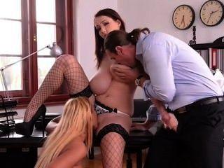 Trío ruso grande de las muchachas del tit en oficina