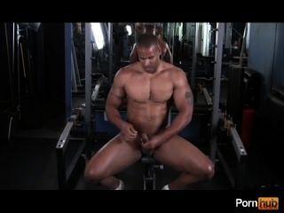 Chico caliente en el gimnasio