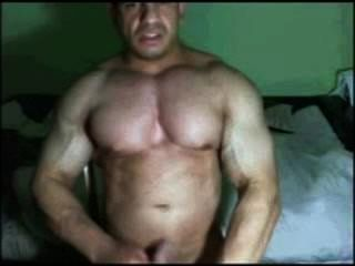 Latin bodybuilder capturado cumming en la leva