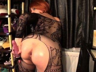 Cachonda chupando chica, anal, estirando su culo y jugando con coño peludo