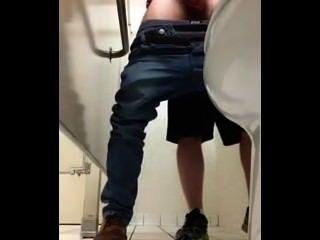 Tirones en el baño público