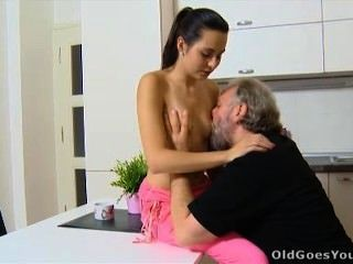 Viejo va lora joven y su hombre están en la cocina