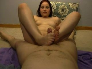 Sexy anabelle dando un caliente footjob !!