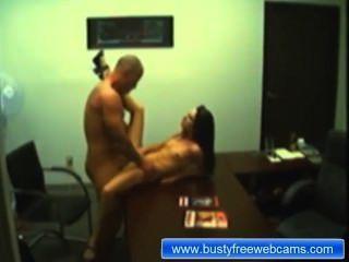 Muestra de sexo de pareja de aficionados en la oficina