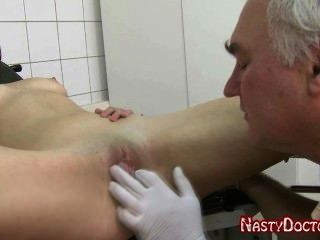 Sucio ruso viejo ginecólogo folla adolescente