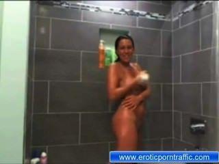Maria sin ropa en la ducha