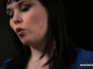 Rubia sub es azotado duro por lesbianas dominatrix