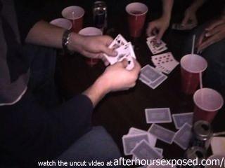 Muchachas reales que juegan el póker de la tira en hotel