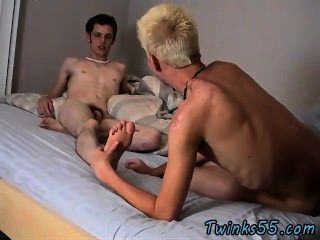 Modelos masculinos que se desnudan, aman un remojo en la tina, gargle algunos