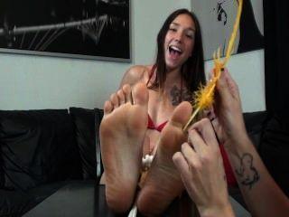 Pluma celeste cosquillas en sus pies sexy