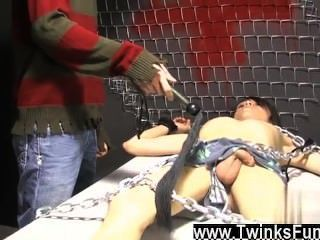 Twinks xxx roxy red se despierta atado a una mesa y ryan conners toma su
