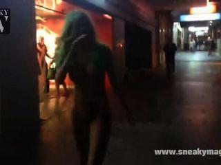 Paseo público desnudo por la calle