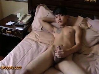 Mal tatuaje asiático chico masturbarse