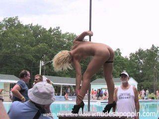 Chicas calientes mostrando sus cuerpos jóvenes en desnudos un poppin
