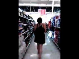 Joven tetona adolescente acechado por pervertido en tienda buscando su falda