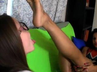 Dos lesbianas lamiendo los pies