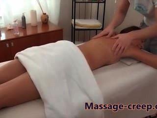 Sexy babe obtiene un masaje de gatito