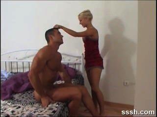 Rubia seductress recompensa a su amante montando su polla