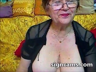 Hermosa aficionados experimentos abuela con su cuerpo sexy